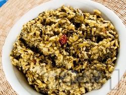 Задушена коприва с ориз и стафиди в тенджера на котлон - снимка на рецептата